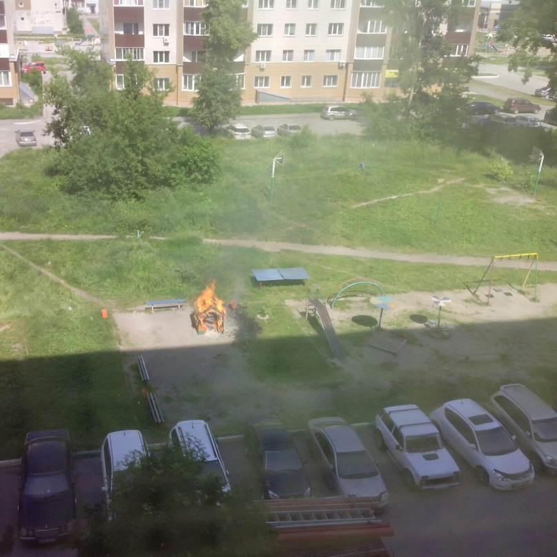 Детский деревянный домик сгорел вблизи припаркованных автомобилей в Бердске