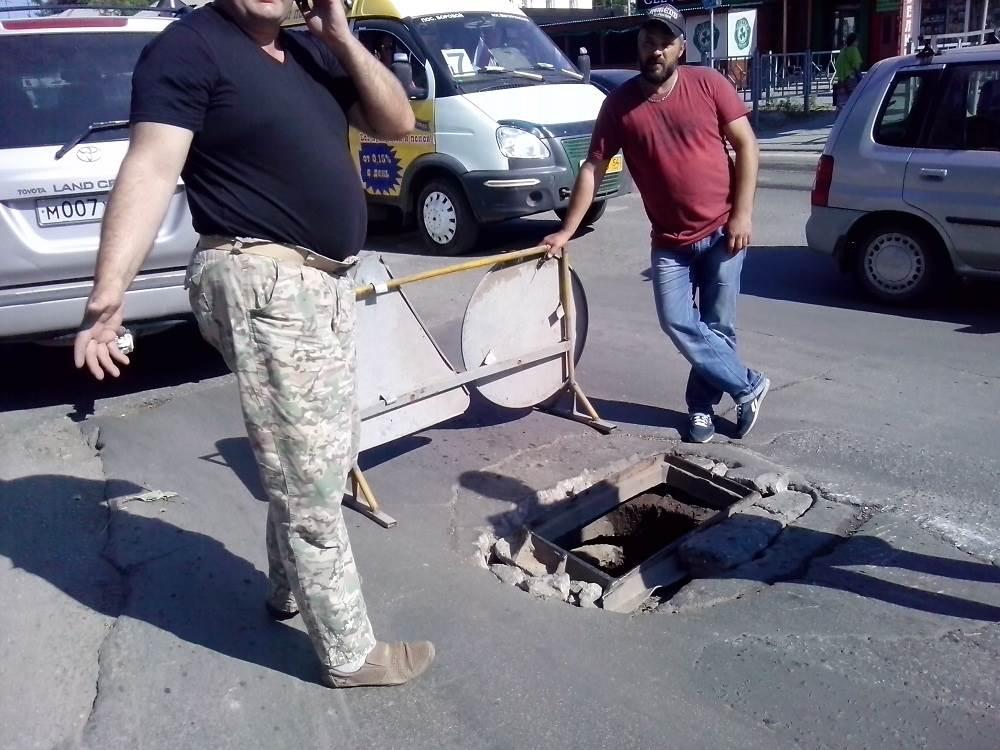 Неделю восстанавливают в Бердске решетку колодца ливневой канализации