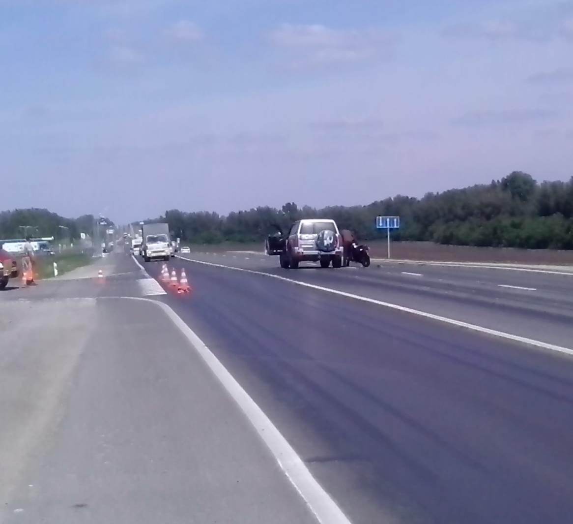 Мотоциклист наехал на джип у поворота на Сосновку