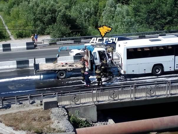 На Бердском шоссе «воровайка» наехала на пассажирский автобус