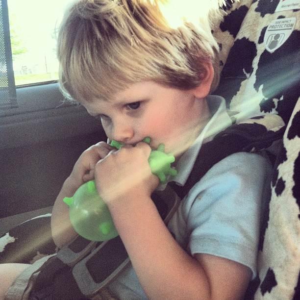 Ребенок задыхался от жары в машине