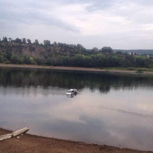 ФОТОФАКТ: Кемеровчанин переплыл реку Томь на машине