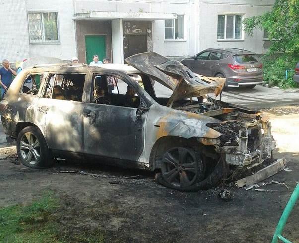 В Академгородке ночью сгорел «Хайлэндер» (видео)