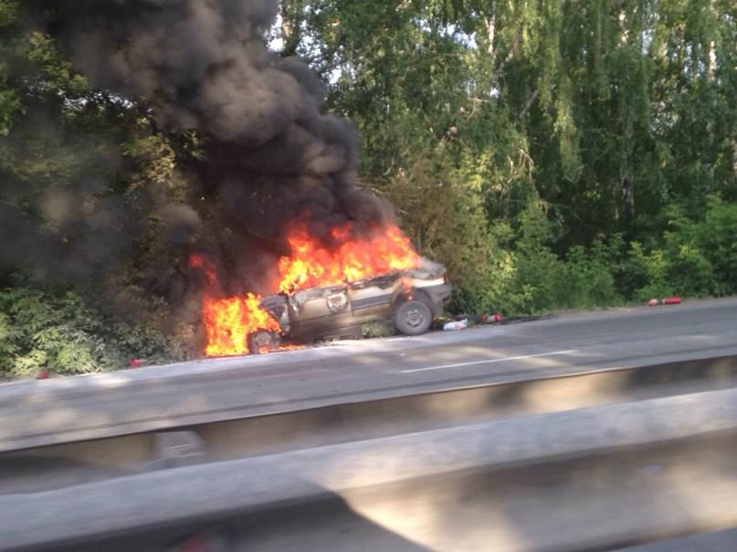 ФОТОФАКТ: «Девятка» врезалась в дерево на Бердском шоссе и загорелась