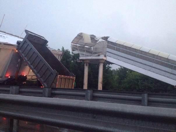На Советском шоссе грузовик снес пешеходный мост