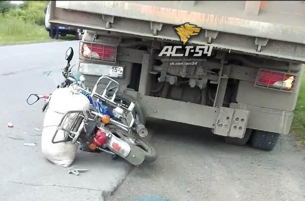 В НСО погиб скутерист, въехавший в грузовик «Скания»