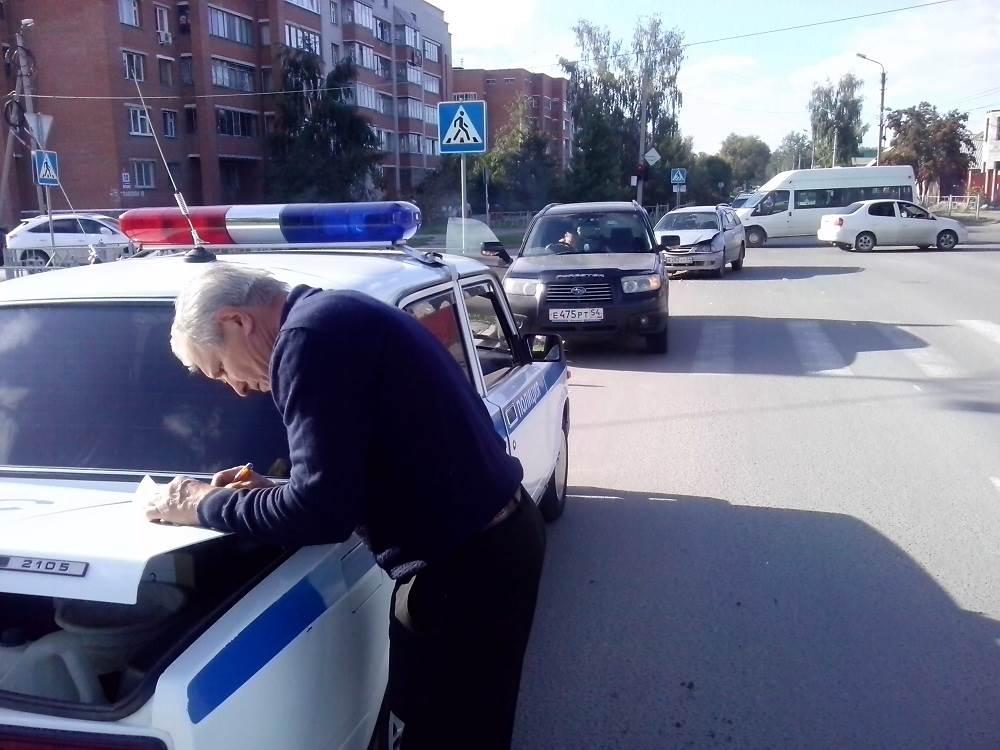 «Скорая» увезла с места ДТП в Бердске 22-летнюю беременную девушку