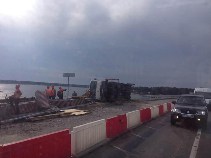 ФОТО-ВИДЕОФАКТ: Сегодня на Бердском мосту опрокинулся автомобиль