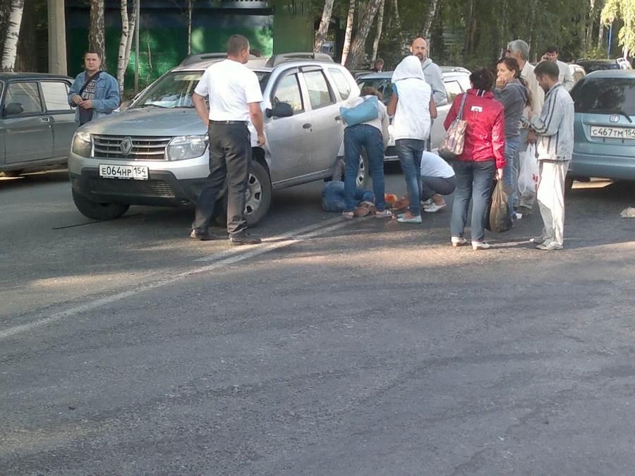 В районе стихийной парковки в Академгородке автомобиль сбил девушку