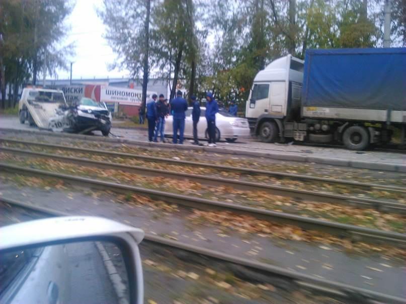 Три человека погибли в столкновении легковушки и грузовика в Новосибирске