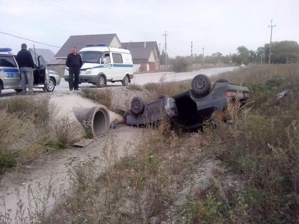 Москвич-2141 улетел в Бердске в кювет и перевернулся