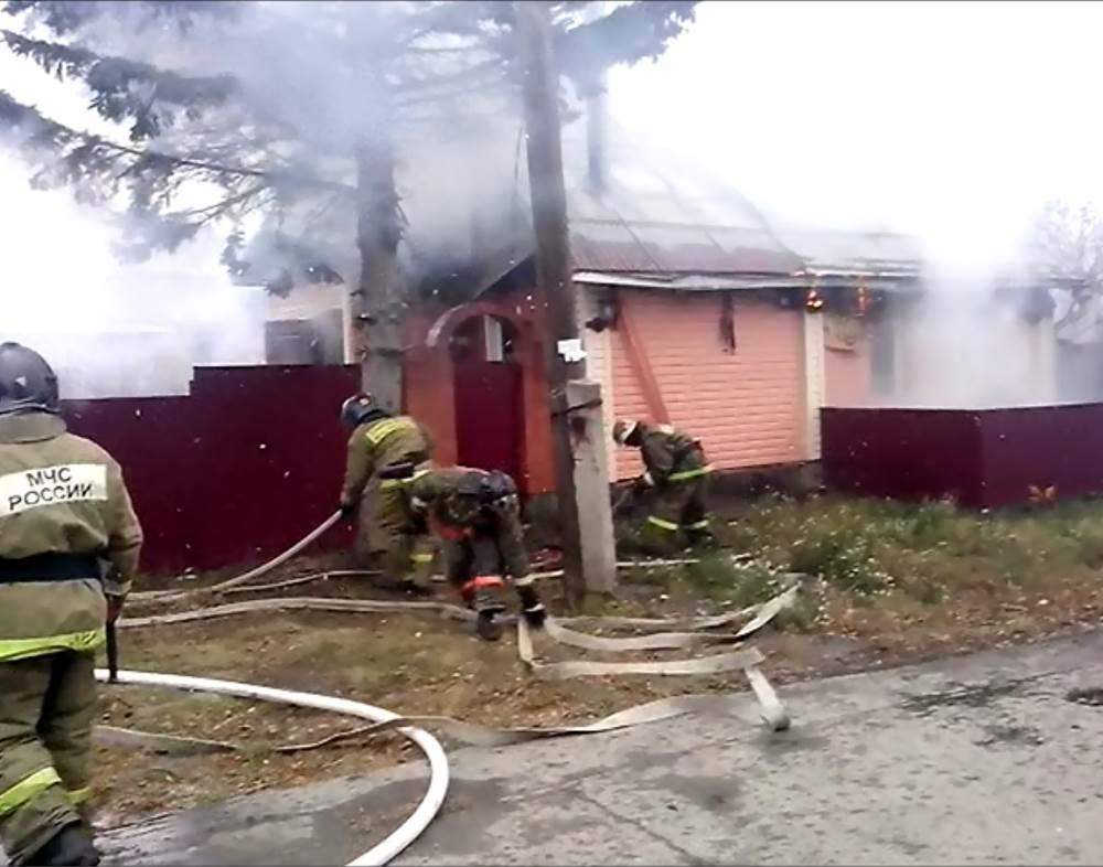 Выгорел частный дом у отдела МВД в Бердске. Погиб его хозяин