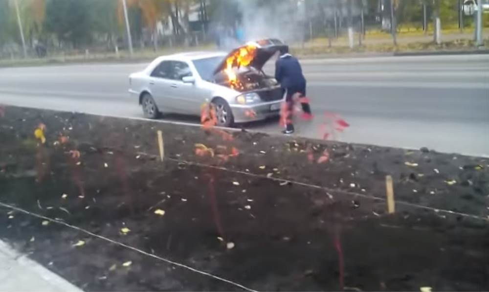 ВИДЕОФАКТ центре Бердска загорелся автомобиль