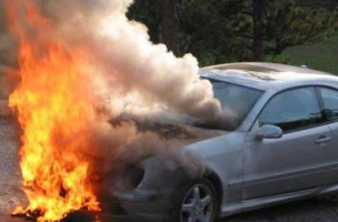 Во дворе заставленном автомобилями в Бердске горела иномарка