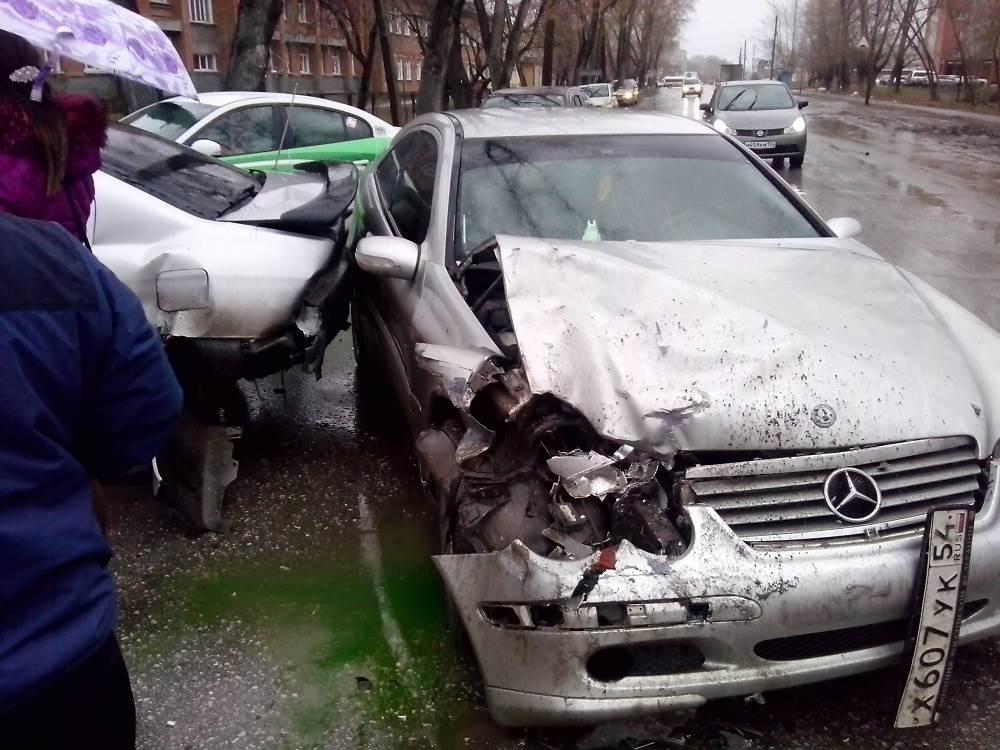 «Мерседес» таранил стоящий у 10-школы «Ниссан» в Бердске