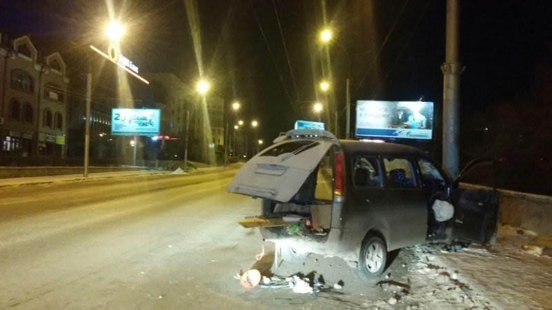 Врезался в столб и погиб водитель иномарки в Новосибирске