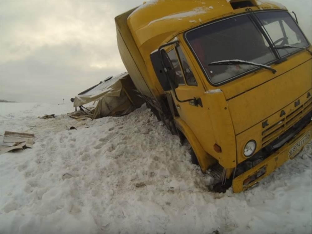 ФОТОФАКТ: КамАЗ сошел с трассы и перевернулся под Бердском