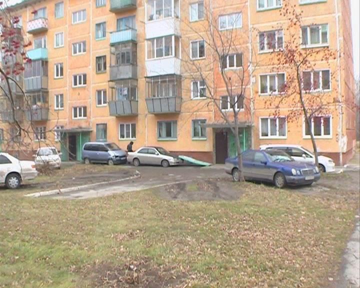 Бетонная плита в Бердске упала на автомобиль