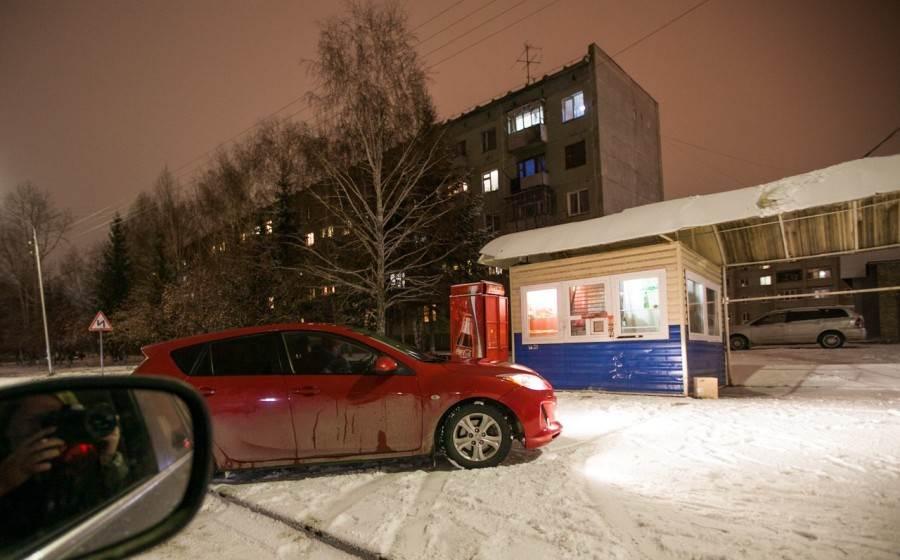 Автоледи на «Мазде» таранила ларек на остановке в Бердске