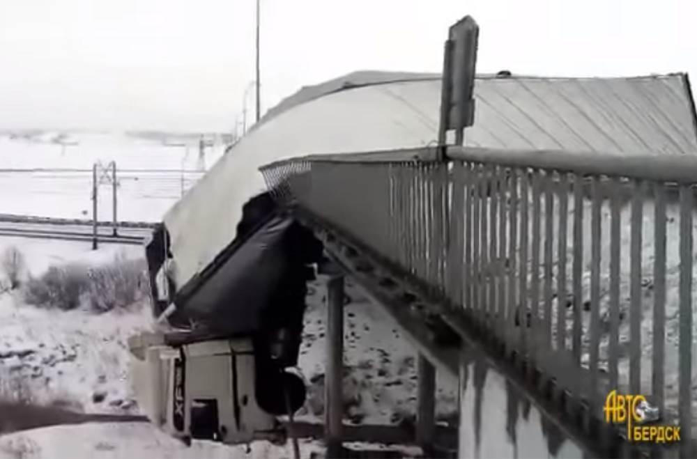 ВИДЕОФАКТ: Фура повисла на мосту в Кузбассе