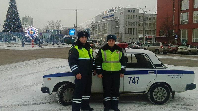 Инспекторы ДПС в Новосибирске потушили загоревшийся автомобиль