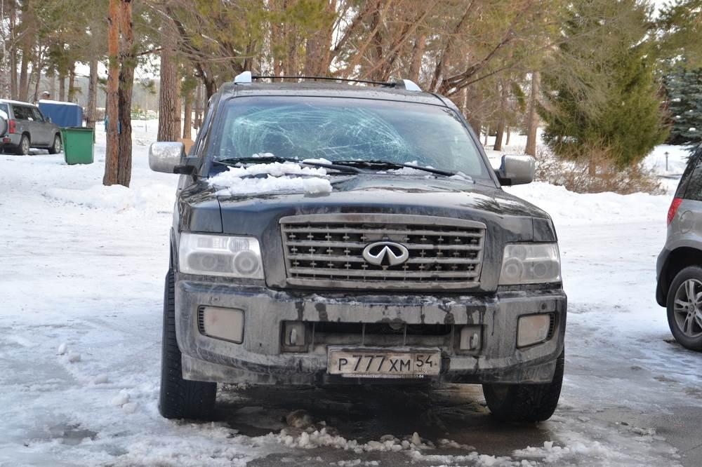 ФОТОФАКТ: Снегопад с крыши в Изумрудном повредил автомобиль