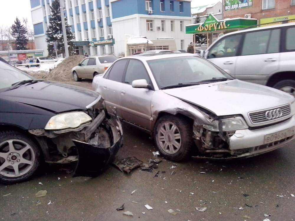 Жесткий «поцелуй» автомобилей у ЗАГСа в Бердске