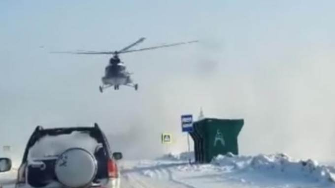 ВИДЕОФАКТ: На федеральной трассе М-52 приземлялся вертолет