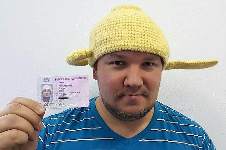 ГИБДД аннулирует водительские права мужчины с дуршлагом на голове