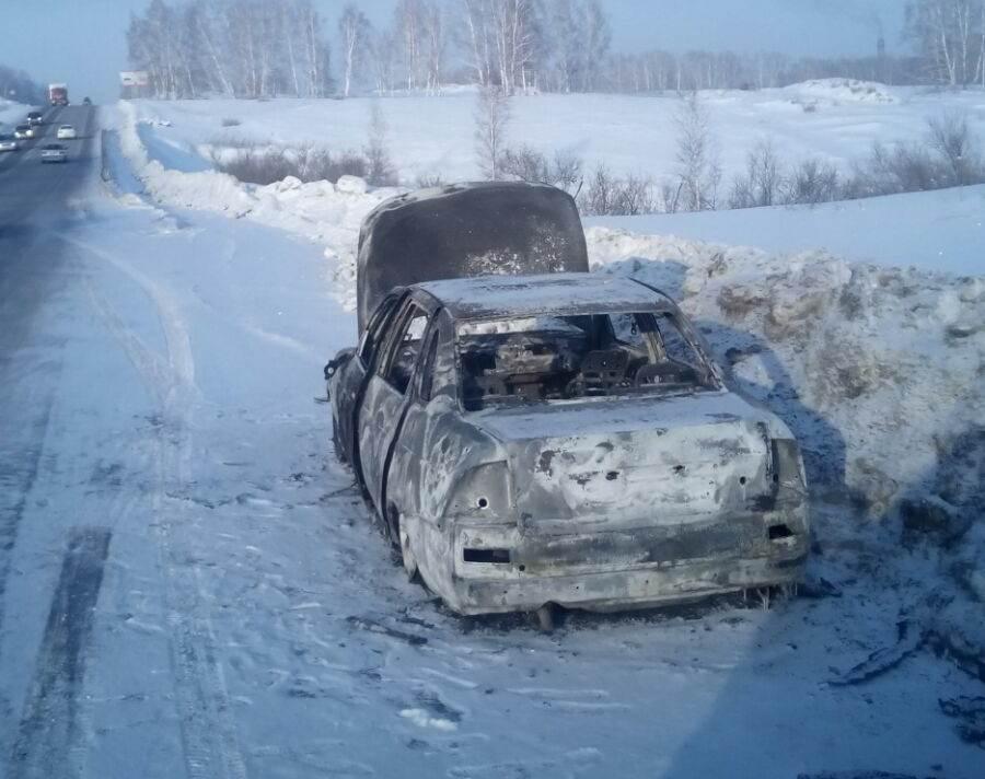 «Приора» сгорела на трассе под Искитимом