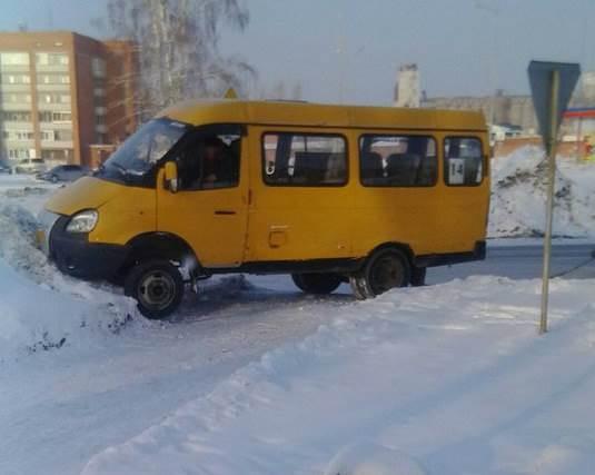 Ушибла бедро пассажирка маршрутки въехавшей в сугроб в Бердске