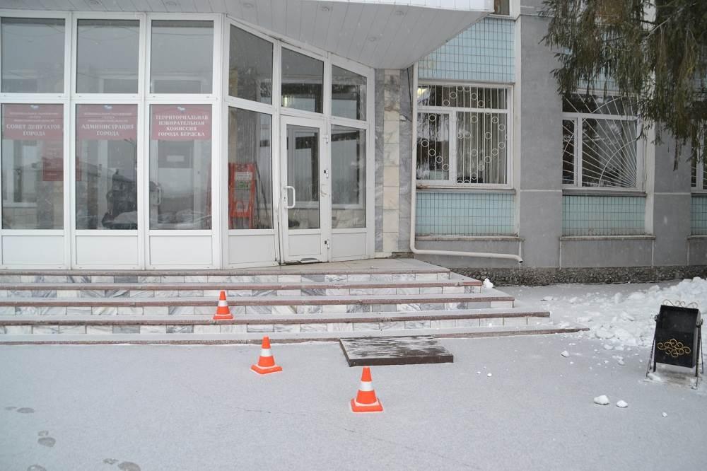 Полиция Бердска разыскивает ночного дрифтера, разрушившего дверь мэрии