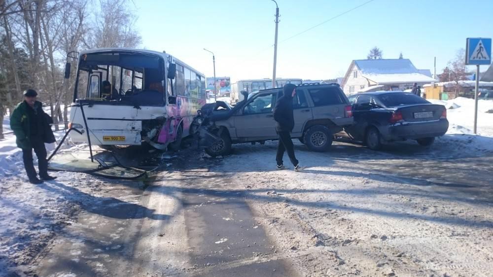 В столкновении «Джипа» и автобуса №7 в Бердске никто не пострадал