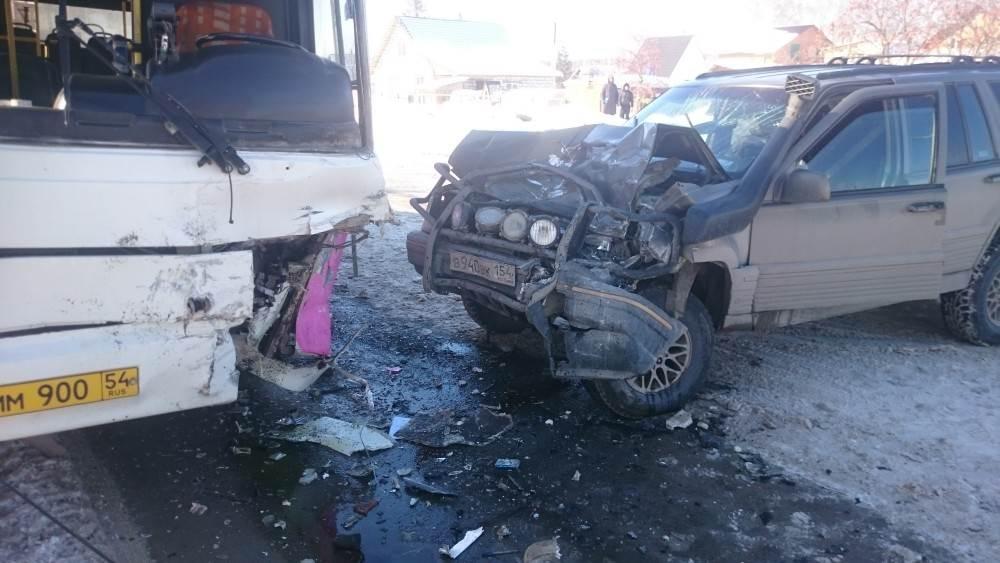 Разбила голову пассажирка ЛиАЗа в столкновении с «Джипом» в Бердске