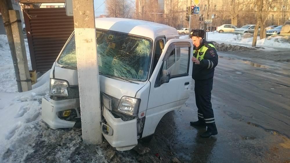 ФОТОФАКТ: «Гонщика» на перекрестке у ЦГБ остановил столб