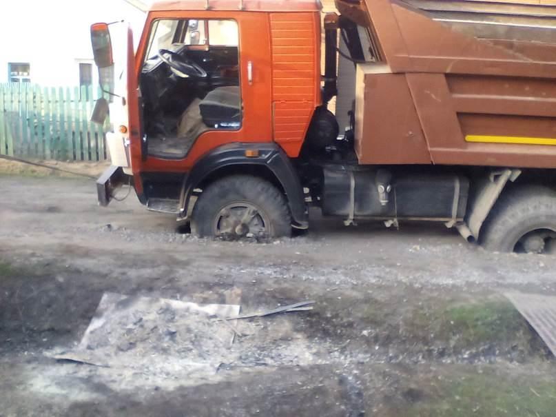 «Ушла» дорога под КамАЗом в Бердске