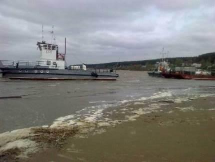 Бердские спасатели эвакуировали людей с севшего на мель парома