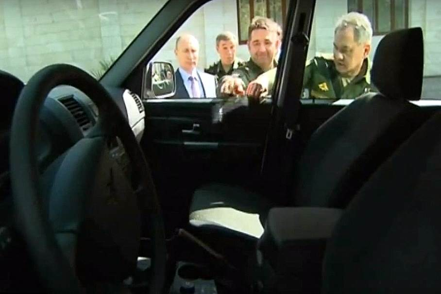 Путин не смог открыть дверь нового «УАЗа» (видео)