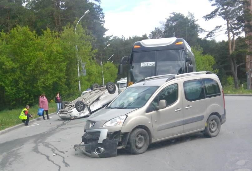 ФОТОФАКТ: ДТП с переворотом в Нижней Ельцовке