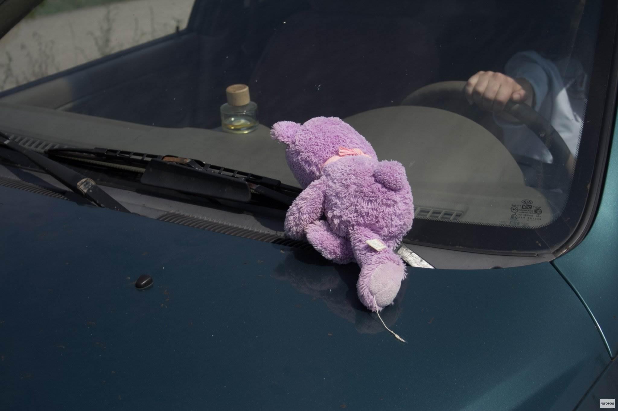 Автомобиль наехал на стоящего у ТЦ «Меркурий» в Бердске малыша