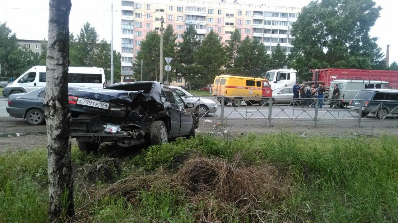 УАЗ газовой службы таранил на трассе в Бердске два автомобиля