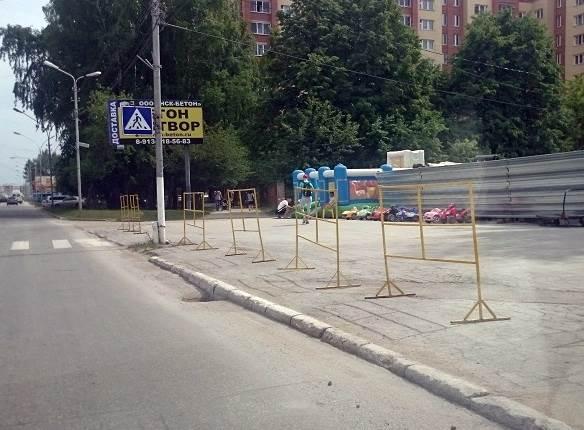 ФОТОФАКТ: В Бердске замечен детский автопарк и батут у проезжей части
