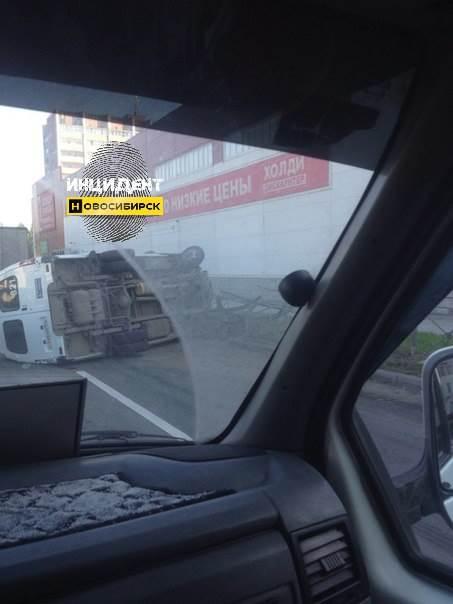 Маршрутка из Бердска опрокинулась после столкновения с фурой в Новосибирске