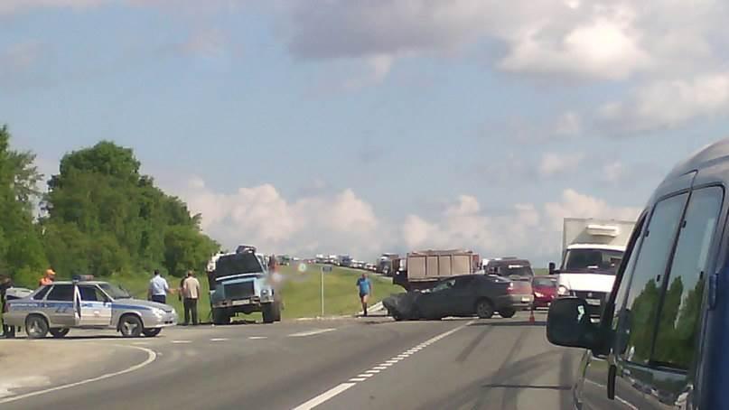 ГАЗ-мусоровоз столкнулся с «Тойотой» на трассе М-52