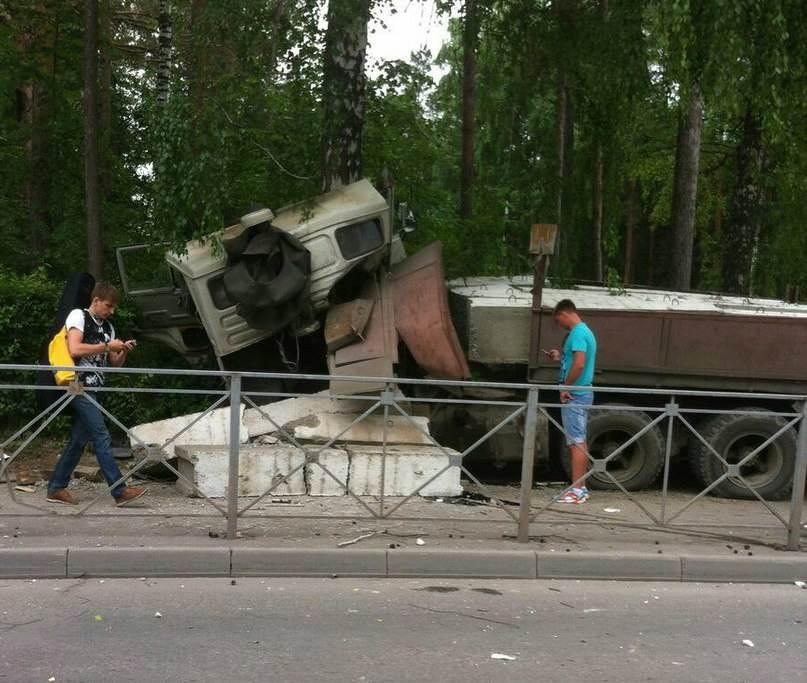 В столкновении многотонников в Академгородке серьезно травмирован ребенок-пешеход