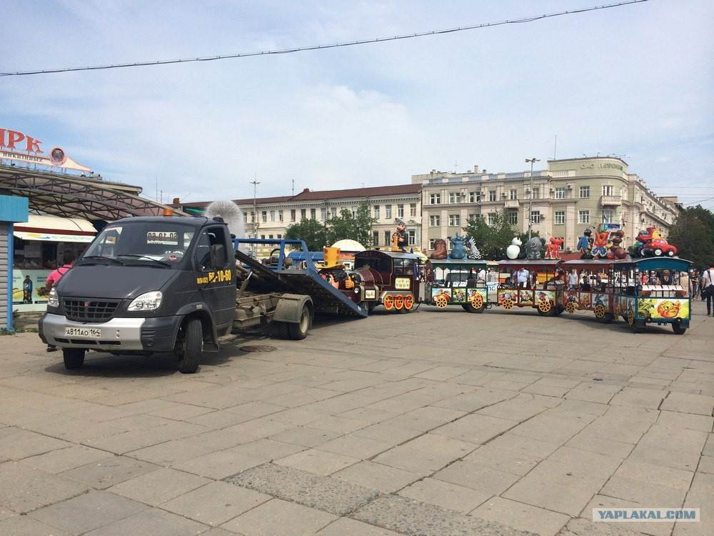ФОТОФАКТ: Взрослый эвакуатор и сотрудники ГИБДД «поигрались» в детском городке