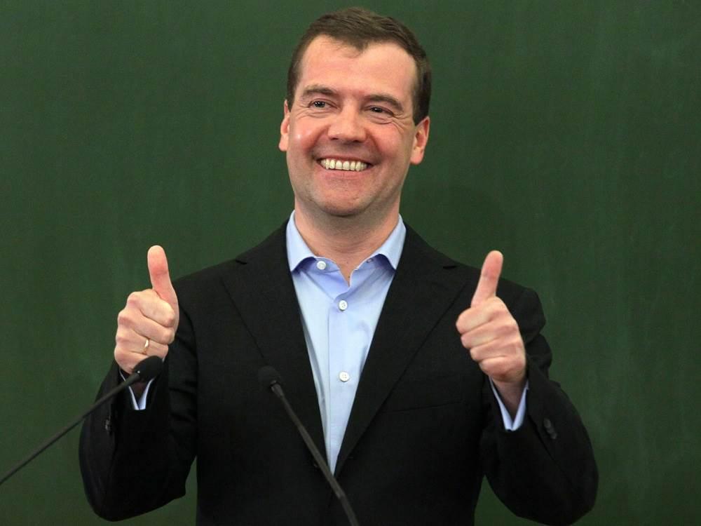 Медведев призвал «дать по рукам» за слишком дорогой бензин