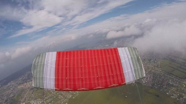 Пропавший парашют нашёлся на крыше высотки в Бердске