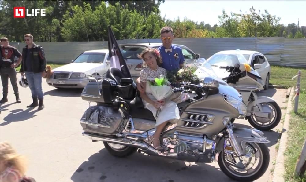 Под Новосибирском женили байкера из Бердска после семи лет уговоров