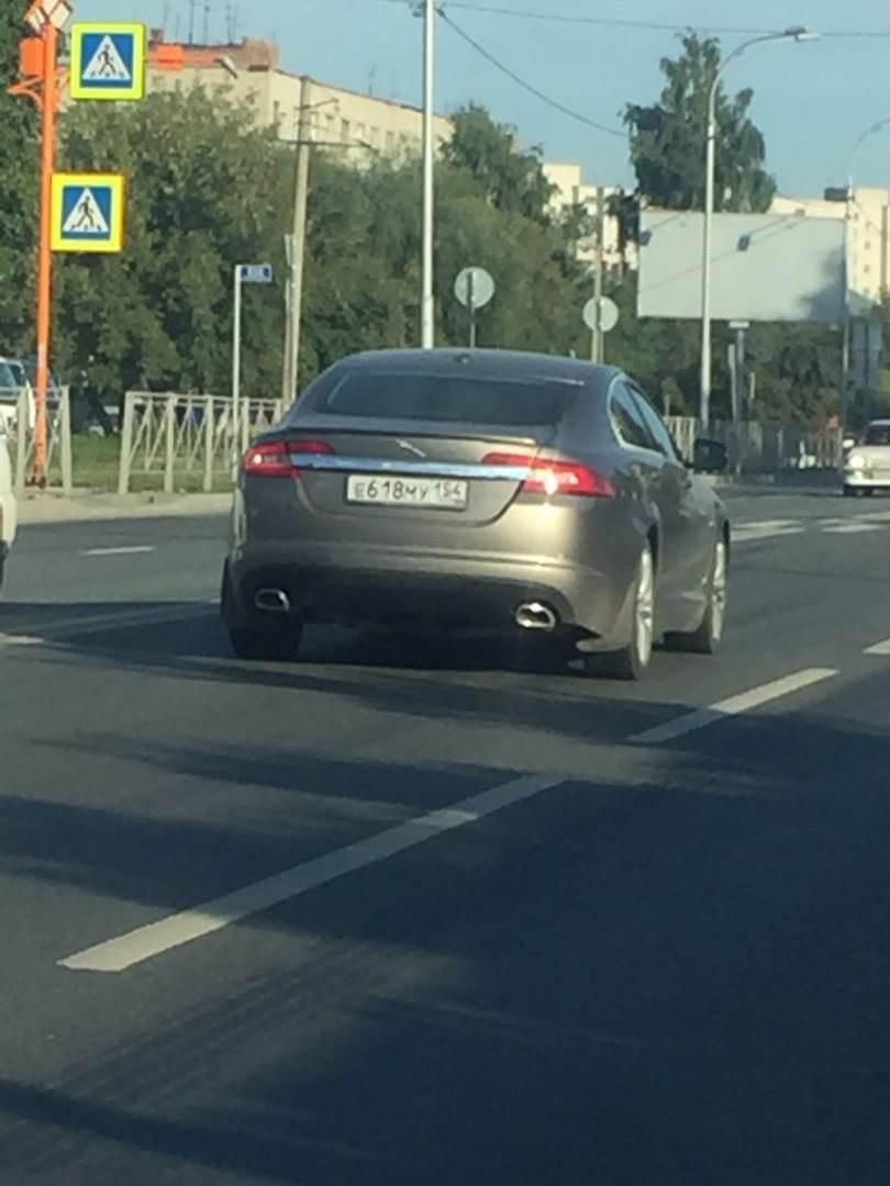 «Ягуар» сбил пешехода на перекрёстке в Бердске и повёз его в неизвестном направлении